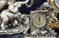 Reloj de tabla de bronce con ángeles en una tabla de madera imágenes de archivo libres de regalías