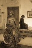 Reloj de tabla viejo con la estatua de oro de una figura femenina Foto de archivo