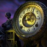 Reloj de tiempo con la estatua Fotografía de archivo