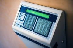 Reloj de tiempos modernos con el indicador digital en la pared Imágenes de archivo libres de regalías