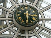 Reloj de una alameda de compras Imagen de archivo