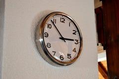Reloj decorativo en la pared fotos de archivo