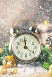Reloj del Año Nuevo de la cuenta descendiente de la Navidad y abeto de las bolas Imágenes de archivo libres de regalías