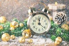 Reloj del Año Nuevo de la cuenta descendiente de la Navidad y abeto de las bolas Fotografía de archivo libre de regalías