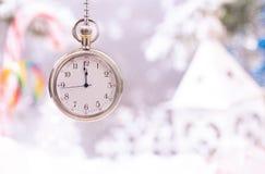 Reloj del Año Nuevo en fondo de la Navidad Imagenes de archivo