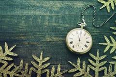 Reloj del Año Nuevo Reloj de bolsillo viejo en un fondo de madera Fotografía de archivo