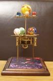 Reloj del arte del steampunk del planetario con los planetas de la Sistema Solar Imagen de archivo libre de regalías