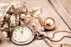 Reloj del bolsillo del vintage que muestra cinco a doce ¡Feliz Año Nuevo! Fotografía de archivo libre de regalías
