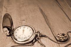 Reloj del bolsillo del vintage que muestra cinco a doce ¡Feliz Año Nuevo! Tex Imagen de archivo libre de regalías