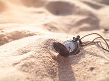 Reloj del collar del vintage en la arena Imágenes de archivo libres de regalías