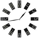 Reloj del concepto con dominó blanco y negro Imagen de archivo