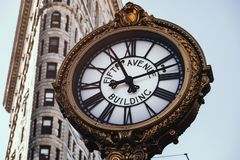 Reloj del edificio de Fifth Avenue en distrito de la plancha fotografía de archivo libre de regalías