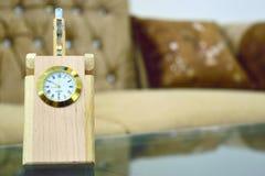 Reloj del escritorio con el tenedor de la pluma Imagen de archivo
