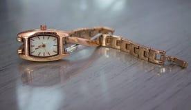 Reloj del estilo del vintage en la tabla brillante fotografía de archivo libre de regalías