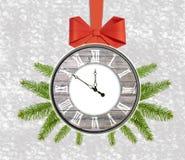 Reloj del fondo de la Navidad con nuevo feliz del árbol de pino y del arco rojo Fotos de archivo libres de regalías