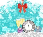 Reloj del fondo del Año Nuevo con los vidrios del champán y el arco rojo Foto de archivo libre de regalías