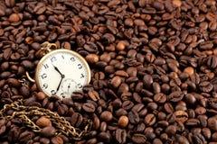 Reloj del gato viejo en los granos de café imagenes de archivo