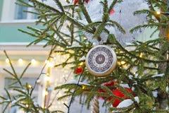 Reloj del juguete de la Navidad en el árbol de navidad Fotografía de archivo libre de regalías