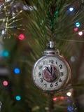 Reloj del juguete de la Navidad en el fondo del árbol de navidad y Imagen de archivo