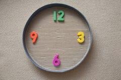 Reloj del juguete hecho de dígitos magnéticos Foto de archivo libre de regalías