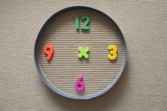 Reloj del juguete hecho de dígitos magnéticos Imágenes de archivo libres de regalías
