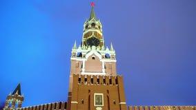 Reloj del Kremlin o carillones del Kremlin, pared del Kremlin, estrella roja, cierre para arriba, cielo azul almacen de metraje de vídeo