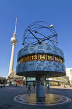 Reloj del mundo y torre de la TV en Berlín Imagen de archivo