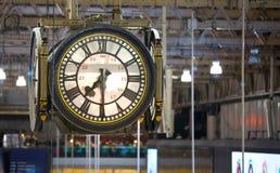 Reloj del pasillo internacional del stationDeparture del tren de Waterloo con las porciones de gente fotografía de archivo