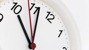 Reloj del primer que hace tictac mostrando diez horas imagen de archivo