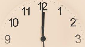 Reloj del primer que hace tictac mostrando doce horas foto de archivo