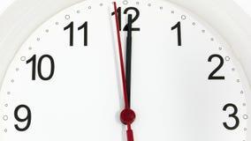 Reloj del primer que hace tictac mostrando doce horas imágenes de archivo libres de regalías