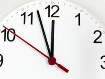 Reloj del primer que hace tictac mostrando doce horas imagenes de archivo
