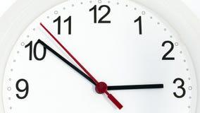 Reloj del primer que hace tictac mostrando tres horas Imagen de archivo libre de regalías