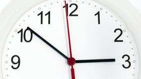 Reloj del primer que hace tictac mostrando tres horas imagenes de archivo