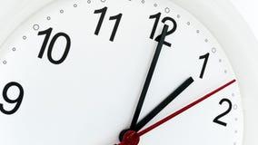 Reloj del primer que hace tictac mostrando una hora foto de archivo