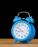Reloj del reloj de alarma en la madera Fotografía de archivo