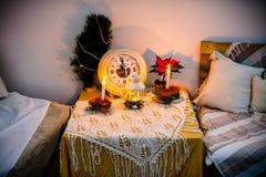 Reloj del ` s del Año Nuevo en un cuarto caliente con las telas escocesas Fotografía de archivo