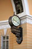 Reloj del viejo estilo en St Petersburg Imágenes de archivo libres de regalías