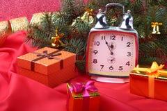 Reloj del vintage de la Navidad Decoración del ` s del Año Nuevo con las cajas de regalo, las bolas de la Navidad y el árbol Conc Imagenes de archivo