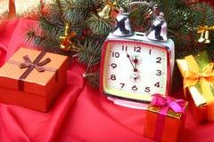 Reloj del vintage de la Navidad Decoración del ` s del Año Nuevo con las cajas de regalo, las bolas de la Navidad y el árbol Conc Fotos de archivo libres de regalías