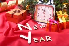 Reloj del vintage de la Navidad Decoración del ` s del Año Nuevo con las cajas de regalo, las bolas de la Navidad y el árbol Conc Foto de archivo libre de regalías