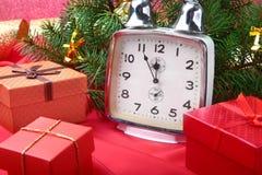 Reloj del vintage de la Navidad Decoración del ` s del Año Nuevo con las cajas de regalo, las bolas de la Navidad y el árbol Conc Foto de archivo