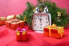 Reloj del vintage de la Navidad Decoración del ` s del Año Nuevo con las cajas de regalo, las bolas de la Navidad y el árbol Conc Fotos de archivo