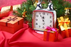 Reloj del vintage de la Navidad Decoración del ` s del Año Nuevo con las cajas de regalo, las bolas de la Navidad y el árbol Conc Imagen de archivo