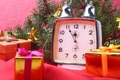 Reloj del vintage de la Navidad Decoración del ` s del Año Nuevo con las cajas de regalo, las bolas de la Navidad y el árbol Conc Imágenes de archivo libres de regalías
