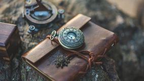 Reloj del vintage en el cuero casual de Brown imágenes de archivo libres de regalías