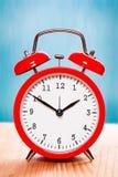 Reloj del vintage en fondo de madera azul y natural Fotografía de archivo