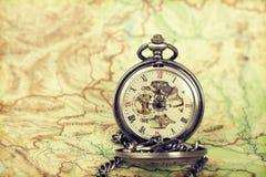 Reloj del vintage en mapa antiguo Imagenes de archivo