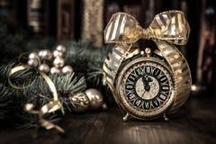Reloj del vintage en un fondo festivo que muestra cinco a la medianoche Imagen de archivo