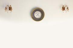 Reloj del vintage en una pared blanca imagen de archivo libre de regalías